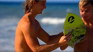 【動画】手軽に波に乗れる!手に付けるサーフボード