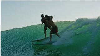 【動画】おバカなイベント、波の上でボクシングをJamie O' Brien (ジェイミーオブライアン)が仕掛ける