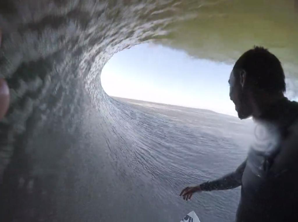 1つの波で6つのチューブをする、ナミビアサーフ動画