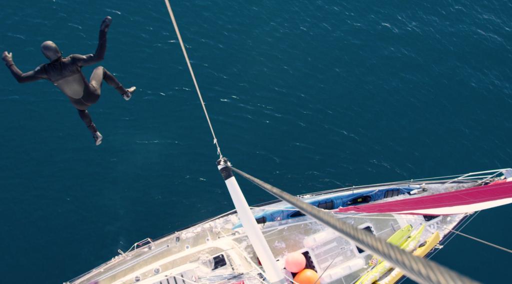 目を見張る映像美!北極の空の下でサーフィン