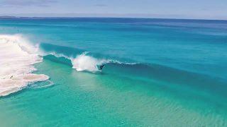【動画】たった8秒の映像美、パーフェクトブルーのチューブライディング動画