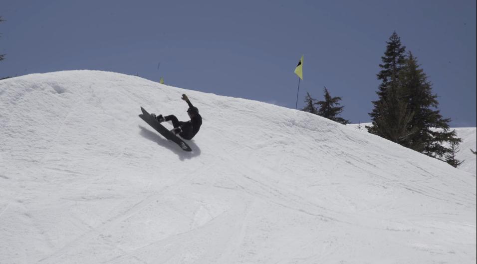雪山でサーフィン?おふざけライディング動画