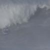 【動画】ビックウェーブのナザレポイントでサーフボードに6人乗りを挑戦