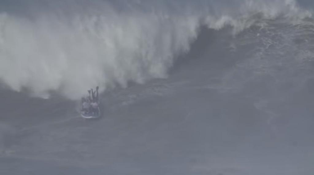 ビックウェーブのナザレポイントでサーフボードに6人乗りを挑戦