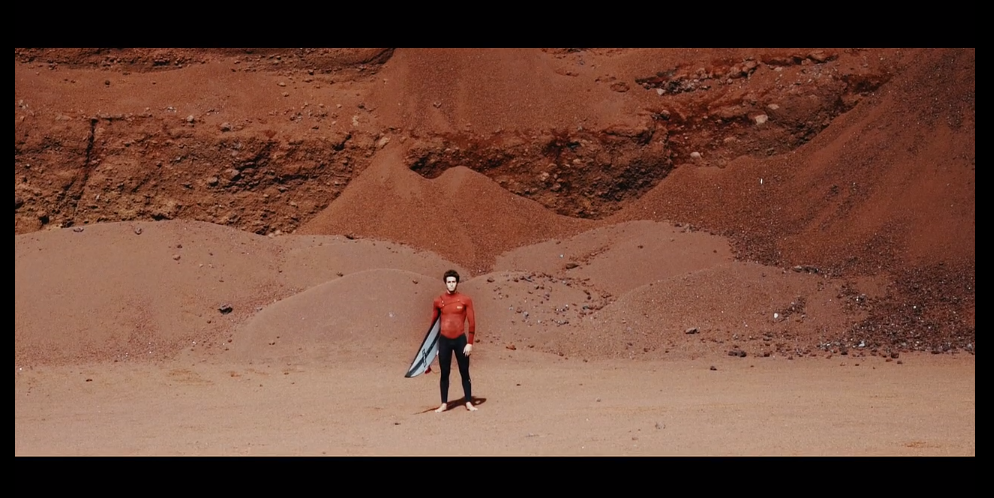 Andy Criere(アンディ・クリエール)が青、赤、緑の3つのイメージに分けてサーフ