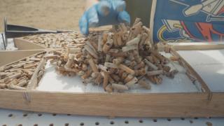 【動画】吸い終わったタバコのフィルターでサーフボードを作る!エコロジー企画