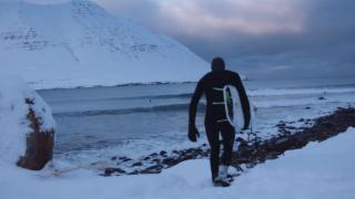 【動画】極寒のアイスランドの地で極上の波を追いかける短編動画