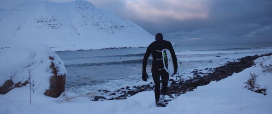 極寒のアイスランドの地で極上の波を追いかける短編動画