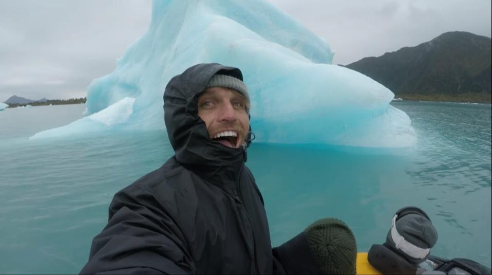 アラスカの地を2人のサーファーが楽しむ