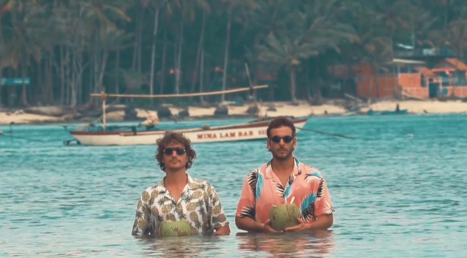 2人のサーファーがメキシコのチューブの波をライディング